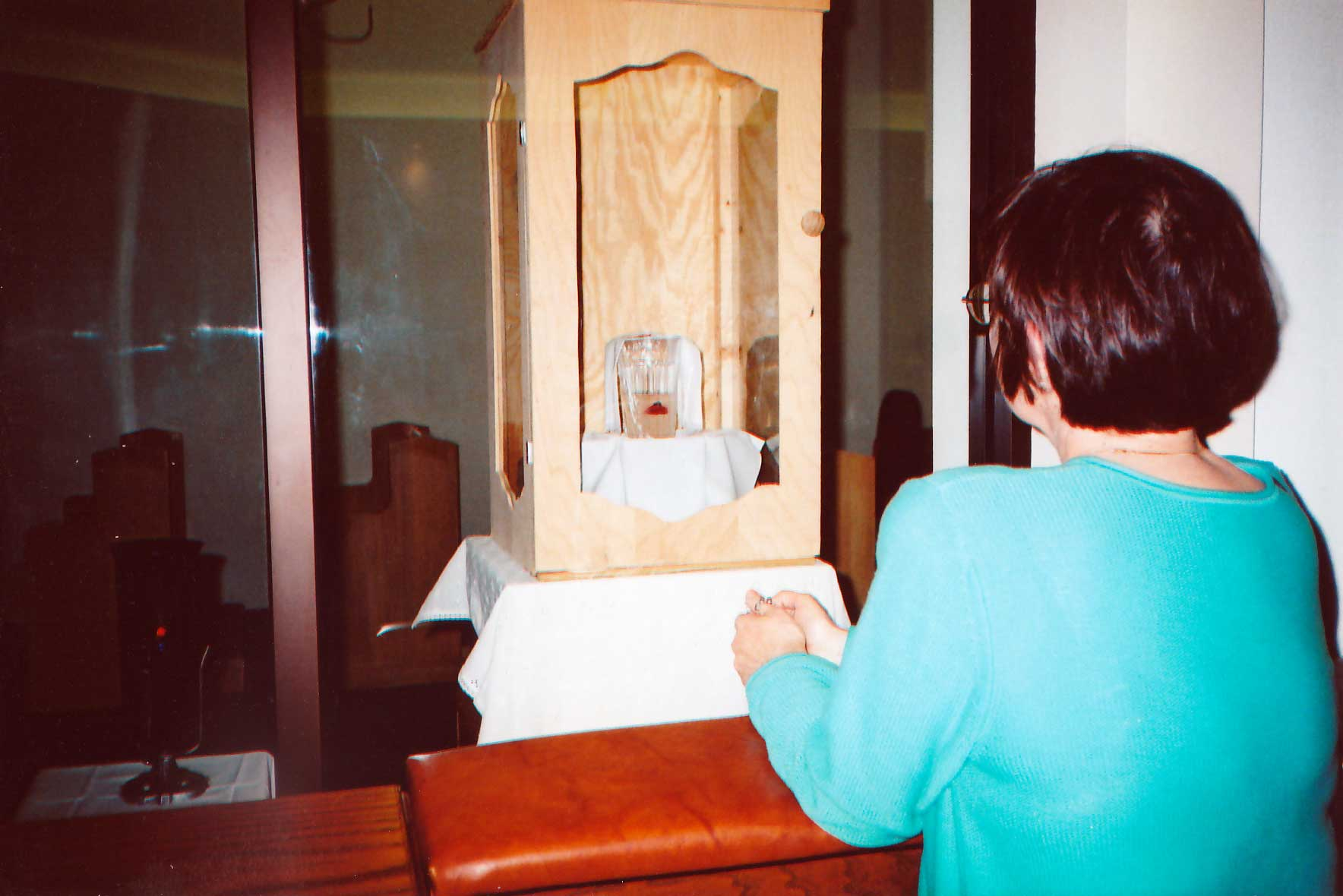Lady praying at the Eucharistic Miracle in Dallas